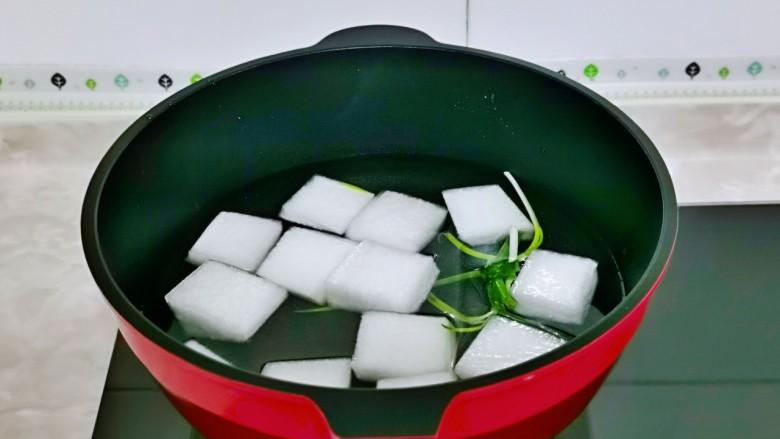冬瓜鸡蛋汤,锅中加入纯净水,<a style='color:red;display:inline-block;' href='/shicai/ 157'>小葱</a>去皮卷起来,再加入切好的冬瓜大火烧开。