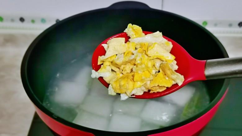 冬瓜鸡蛋汤,加入煎好的鸡蛋。
