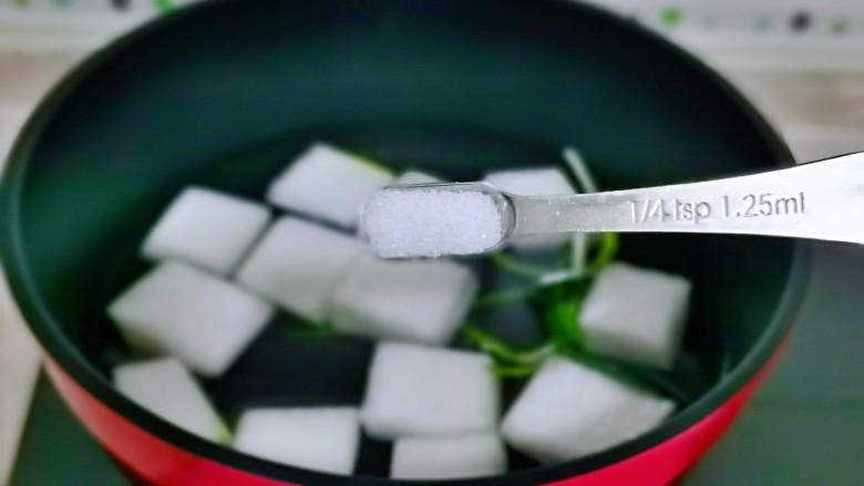 冬瓜鸡蛋汤,按个人口味加入盐,将冬瓜煮软。
