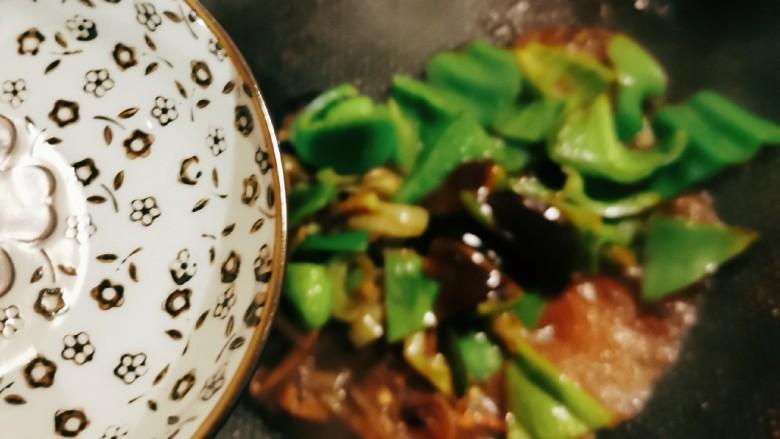 青椒皮蛋,加入2汤匙清水,翻炒出锅。