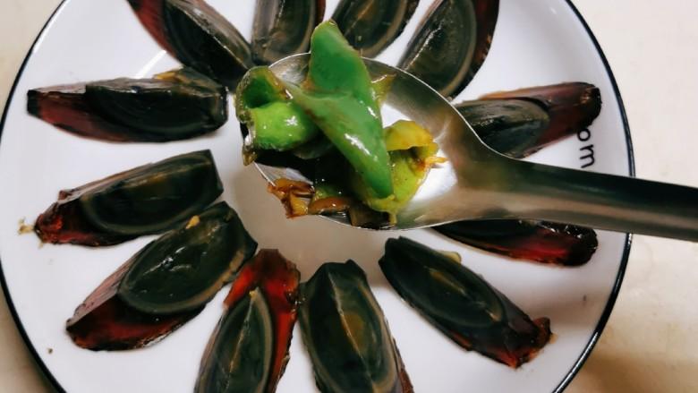青椒皮蛋,将炒好的青椒倒入盘中。