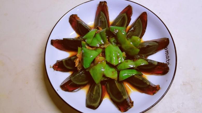 青椒皮蛋,连同汤汁一同倒入并稍加整理。