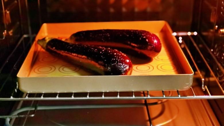 蒜蓉茄子,入烤箱中层上下180度烤25分钟。