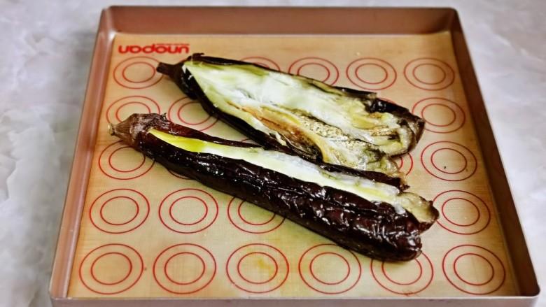 蒜蓉茄子,取出烤好的茄子,用一根筷子从茄子中间划开。