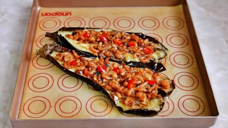 蒜蓉茄子,再把做好的虾米酱盛在茄子上铺平。