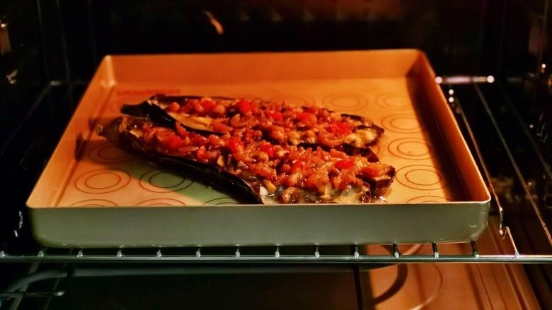 蒜蓉茄子,再次入烤箱中层,上下180度烤10分钟即可。