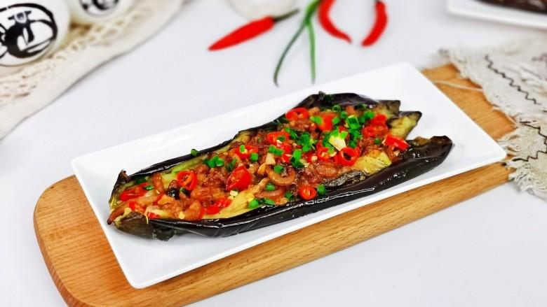 蒜蓉茄子,取出烤好的茄子,撒上葱花,辣椒段。