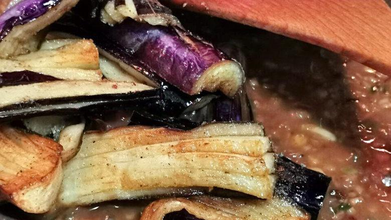蒜蓉茄子,让蒜末酱汁充分被茄子吸收