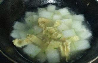 冬瓜鸡蛋汤,加适量的盐调味。