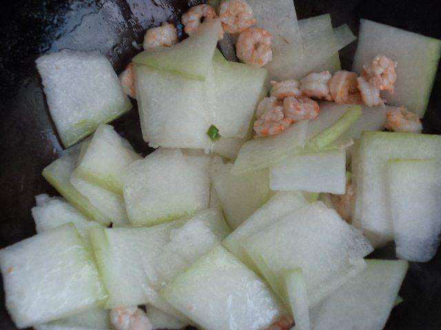 冬瓜鸡蛋汤,放入海米跟冬瓜一起炒均匀。