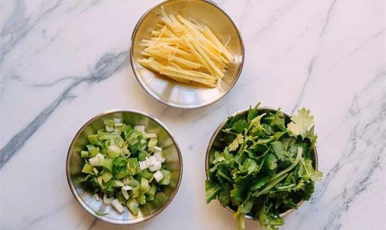 冬瓜鸡蛋汤,葱姜和香菜切好备用。