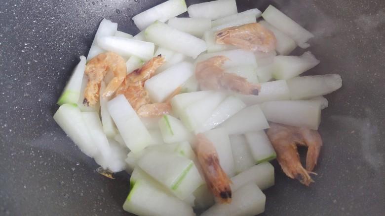 冬瓜鸡蛋汤,翻炒均匀