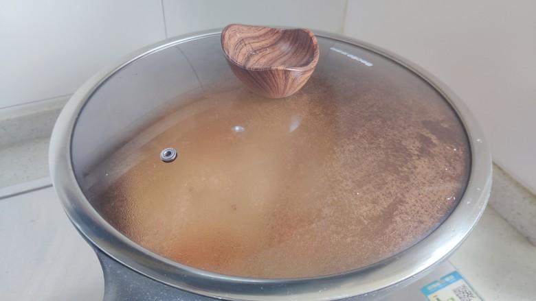 冬瓜鸡蛋汤,待水煮开后,盖上锅盖,转小火,继续煮3分钟