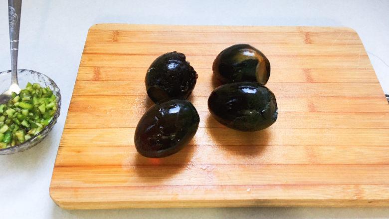 青椒皮蛋,皮蛋去壳,冲洗干净表面的碎壳
