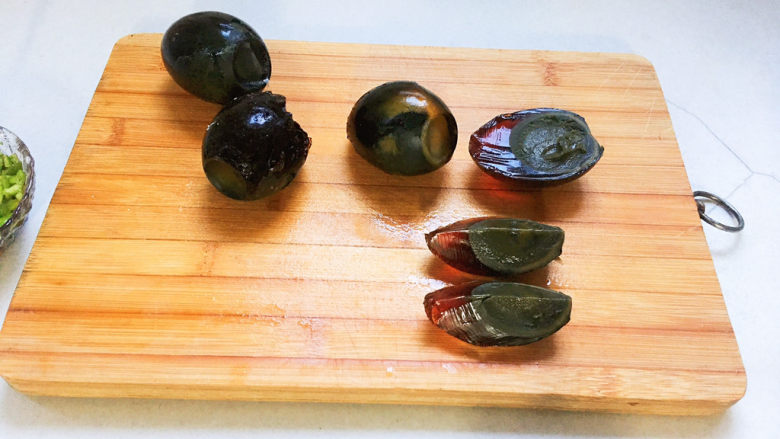 青椒皮蛋,每个皮蛋,对切,再对切成四块