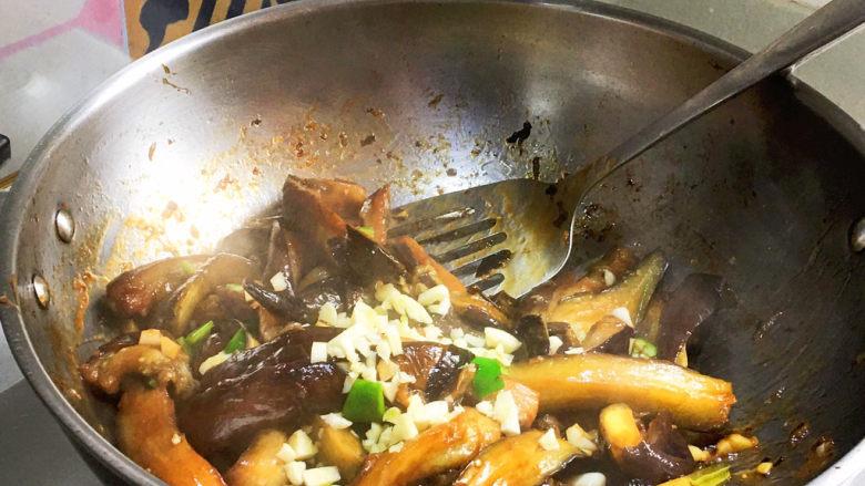 蒜蓉茄子,剩余的一半蒜蓉快速翻炒出蒜香味、辣椒的辣味,即可关火出锅