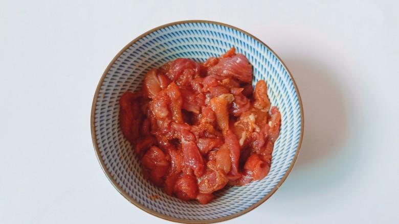 蒜蓉茄子,猪肉切丝加料酒与生抽腌制十分钟。
