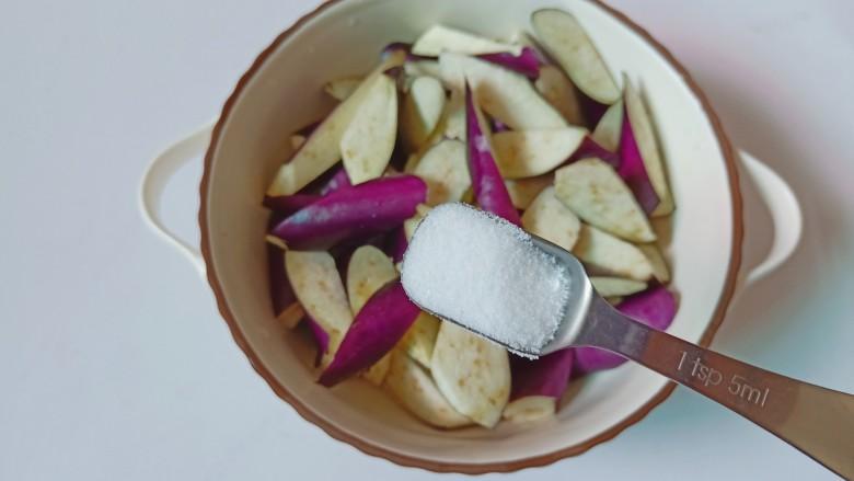 蒜蓉茄子,切好的茄子放入碗里,加一点盐。