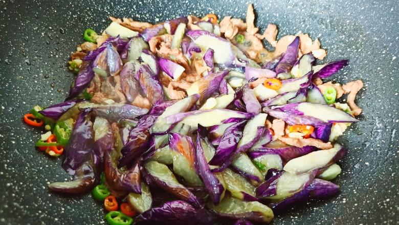 蒜蓉茄子,加入辣椒丁与蒜炒香。放入炸好的茄条。
