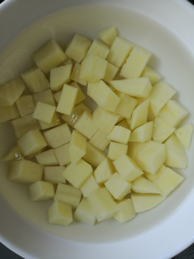 红烧土豆,洗去淀粉放在清水里防止氧化