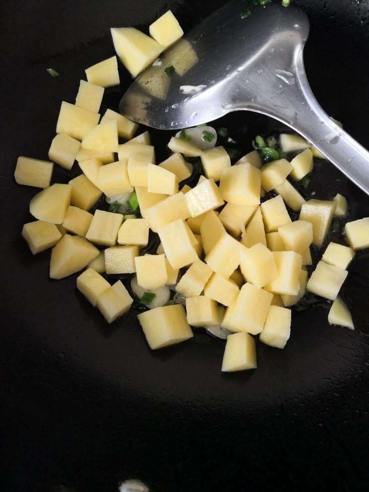 红烧土豆,放入土豆炒匀