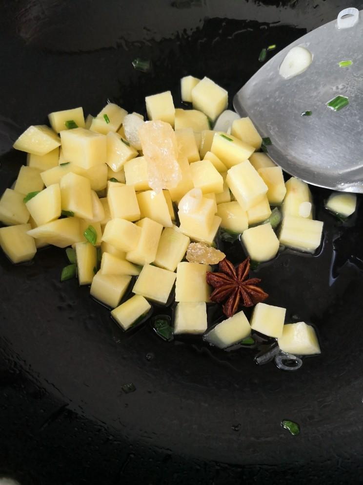 红烧土豆,放入冰糖和八角炒匀