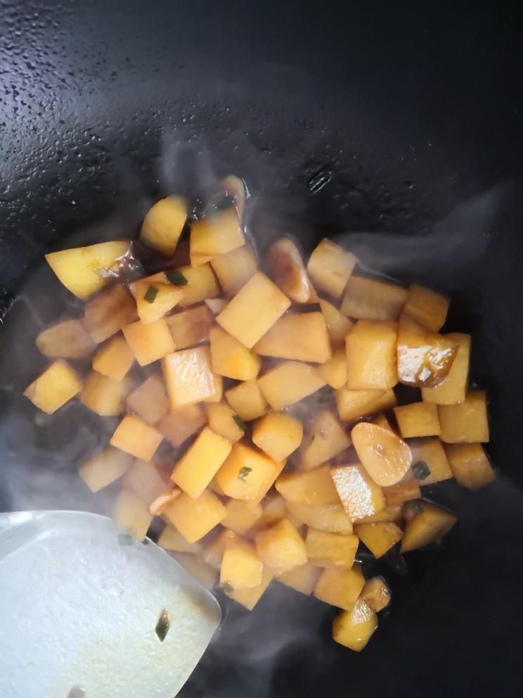 红烧土豆,待汤汁浓稠出锅