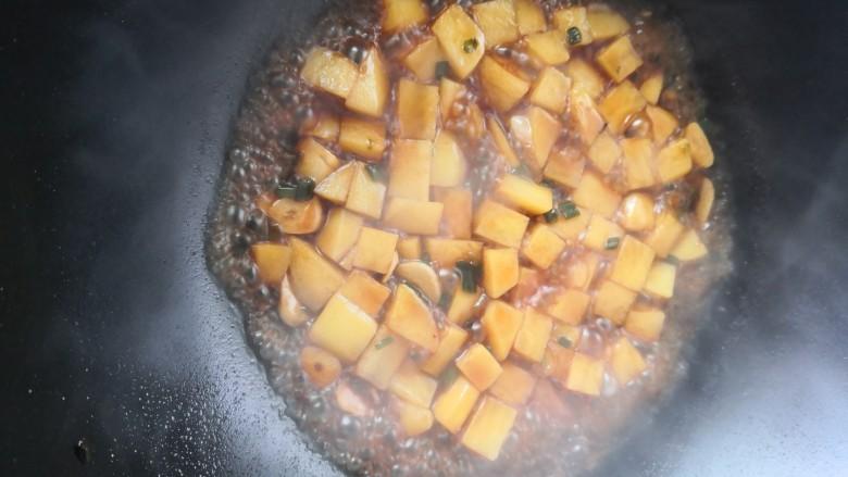 红烧土豆,时间到了,开大火收汁