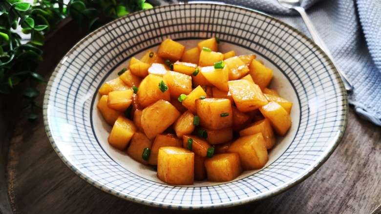 红烧土豆,撒上葱花即可享用