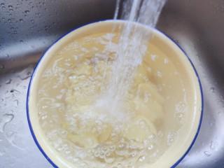 红烧土豆,切好的土豆用流动水冲洗一两遍