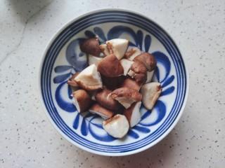 红烧土豆,鲜香菇去蒂洗净之后轻轻挤干水分,然后一分为四,切成小块