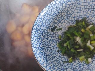 红烧土豆,待锅内汤汁差不多收紧,加入小葱,翻炒均匀即可