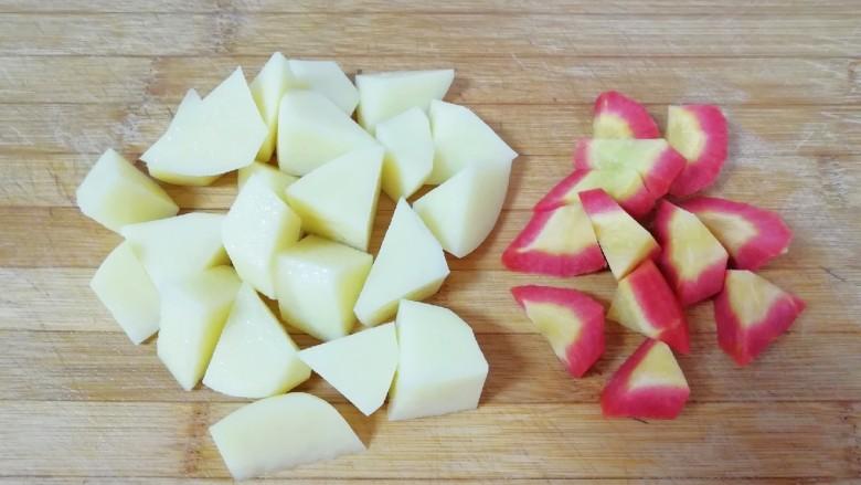 红烧土豆,<a style='color:red;display:inline-block;' href='/shicai/ 23'>土豆</a>和<a style='color:red;display:inline-block;' href='/shicai/ 2559'>红萝卜</a>分别去皮洗干净,切成滚刀块。