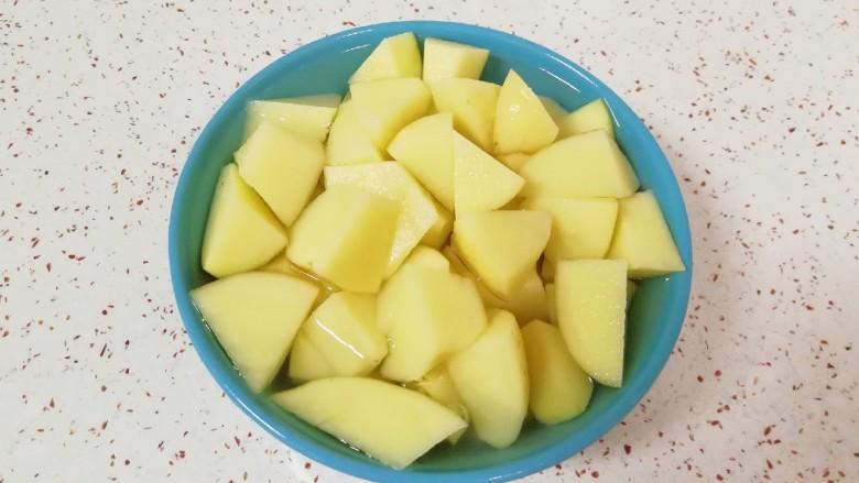 红烧土豆,红萝卜放在一边备用,土豆用水泡上去除一下土豆里面的淀粉。