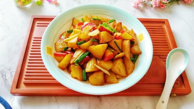 红烧土豆,装盘。