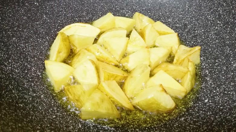 红烧土豆,土豆煎至两面金黄色,用筷子扎一下能扎透即可,捞出备用。