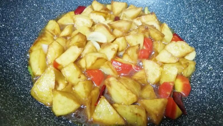 红烧土豆,加少量的水翻炒均匀,中小火焖炒5分钟左右,让土豆入味。