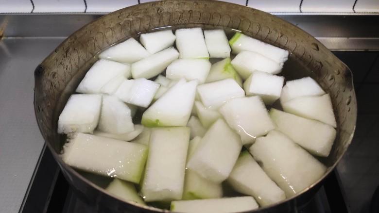 冬瓜鸡蛋汤,加入冬瓜块,煮至沸腾,小火再煮十分钟