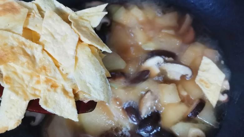 冬瓜鸡蛋汤,烧好倒入鸡蛋皮继续烧1分钟