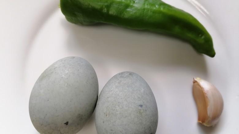青椒皮蛋,准备好所需材料