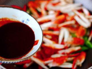 酱香麻辣蟹腿,大火翻炒均匀后,倒入调料汁。