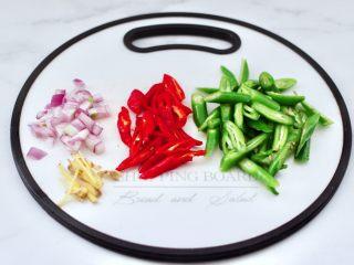 酱香麻辣蟹腿,青红尖椒斜切粗丝、洋葱切碎姜切丝。
