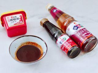 酱香麻辣蟹腿,现在来调制调料,碗里放入生抽和料酒,辣椒酱。