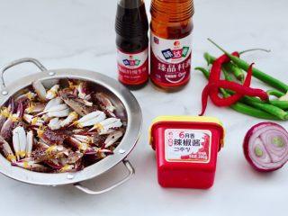 酱香麻辣蟹腿,首先备齐所有的食材。