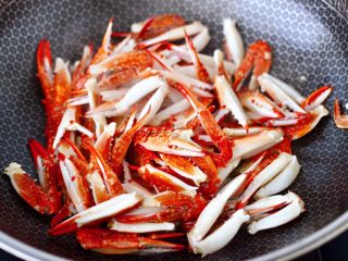 酱香麻辣蟹腿,看见梭子蟹腿慢慢炸至变色后盛出备用。