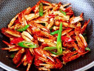 酱香麻辣蟹腿,看见所有食材都均匀入味,即可关火。