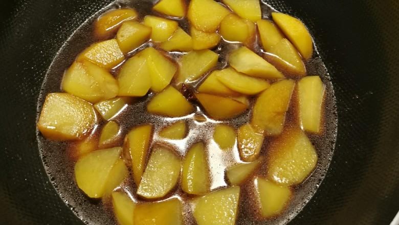 红烧土豆,放入一碗清水煮开。