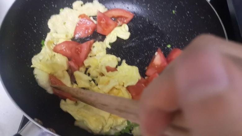 冬瓜鸡蛋汤,加入番茄稍炒几下