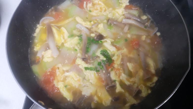冬瓜鸡蛋汤,煮熟关火加余下的绿葱花,搅拌均匀