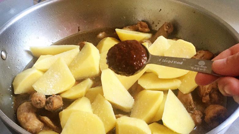 红烧土豆,加<a style='color:red;display:inline-block;' href='/shicai/ 4510'>黄豆酱</a>,增加微辣的口感,还有酱香味儿,特别适合这道菜,翻炒均匀,中火再炖十分钟,关火,焖五分钟,出锅
